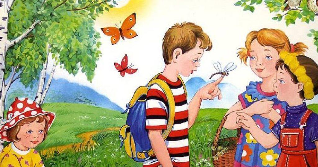 Безопасное лето для детей. Дети в летнем лесу. У Мальчика на пальце стрекоза сидит и девочки ею любуются.